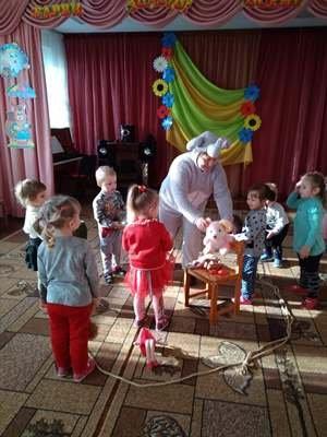 Малята - дошкільнята із Слоником люблять грати